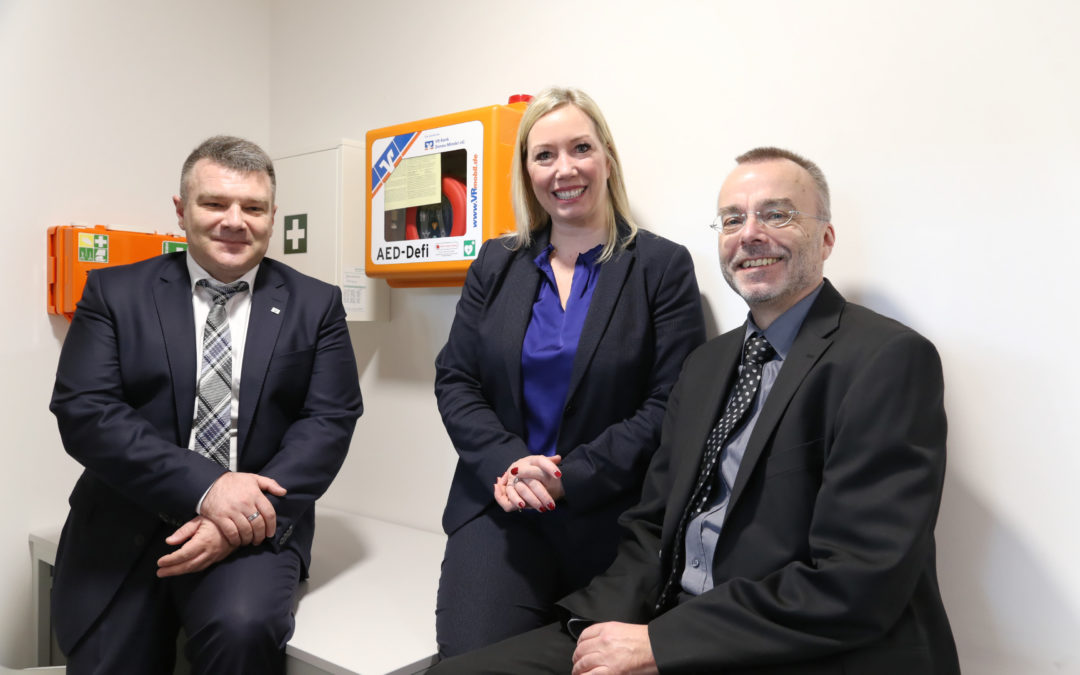 VR-Bank überreicht Defibrillator für Brenzhalle